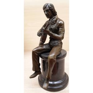 Высоцкий с гитарой на тумбе