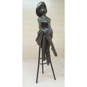 Девушка на стуле в шляпке