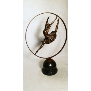 Гимнастка в обруче (акробатка)