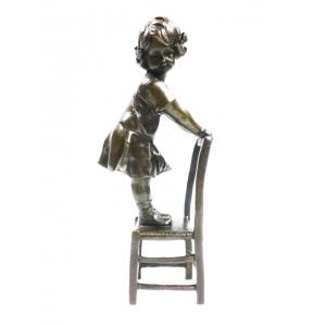 Девочка стоит на стуле