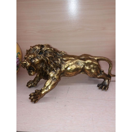 Лев нападает