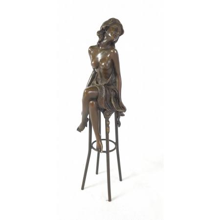Девушка на стуле, в накидке