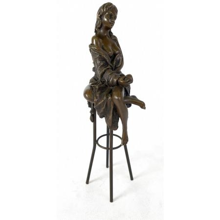 Девушка на стуле с яблоком
