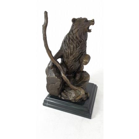 Медведь с дубиной
