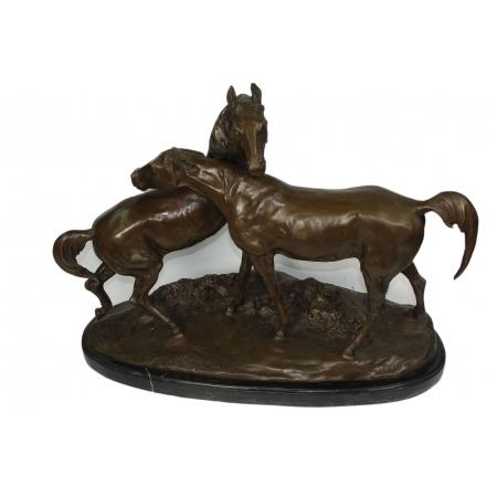 """Скульптура """"Кони на воле"""""""