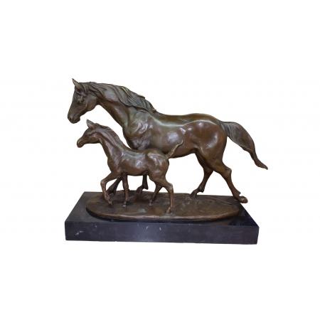 Лошадь с жеребенком рядом