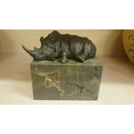 Носорог лежит
