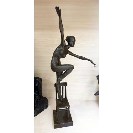 Танцовщица на стуле