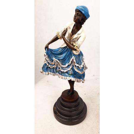 Танцовщица придерживает платье (цветная)