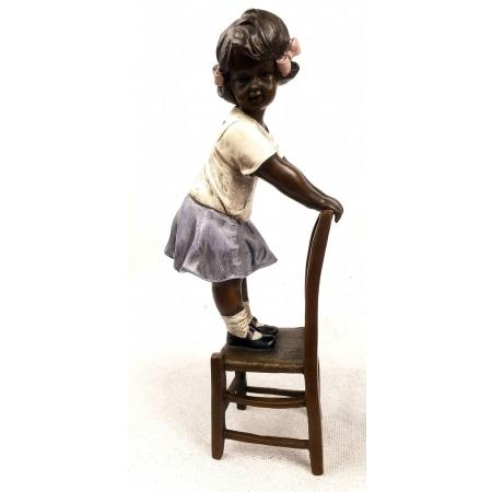 Девочка на стуле (цветная)