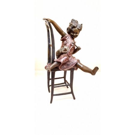 Девочка на стуле с котенком вместе (цветная)