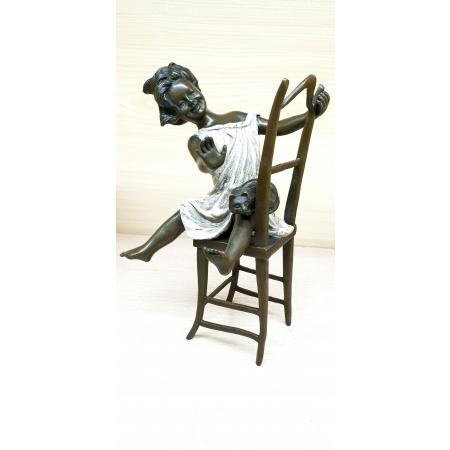 Девочка на стуле с котёнком (цветная)