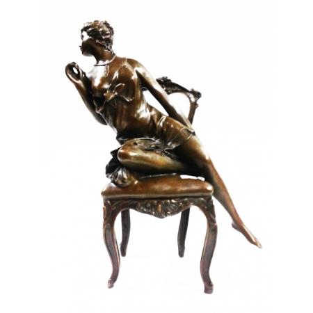 Полуобнаженная девушка на стуле
