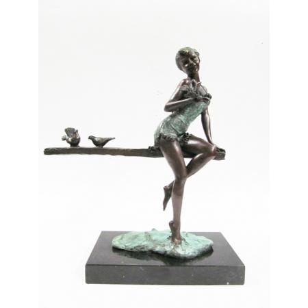"""статуэтка из бронзы """"Девушка на скамейке"""""""