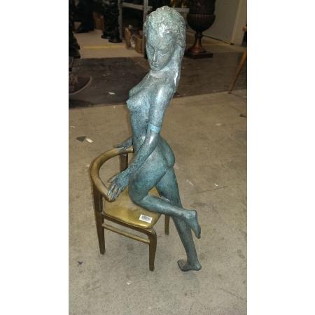 Девушка на стуле (большая)