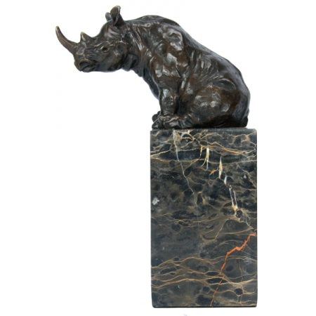 Носорог сидит